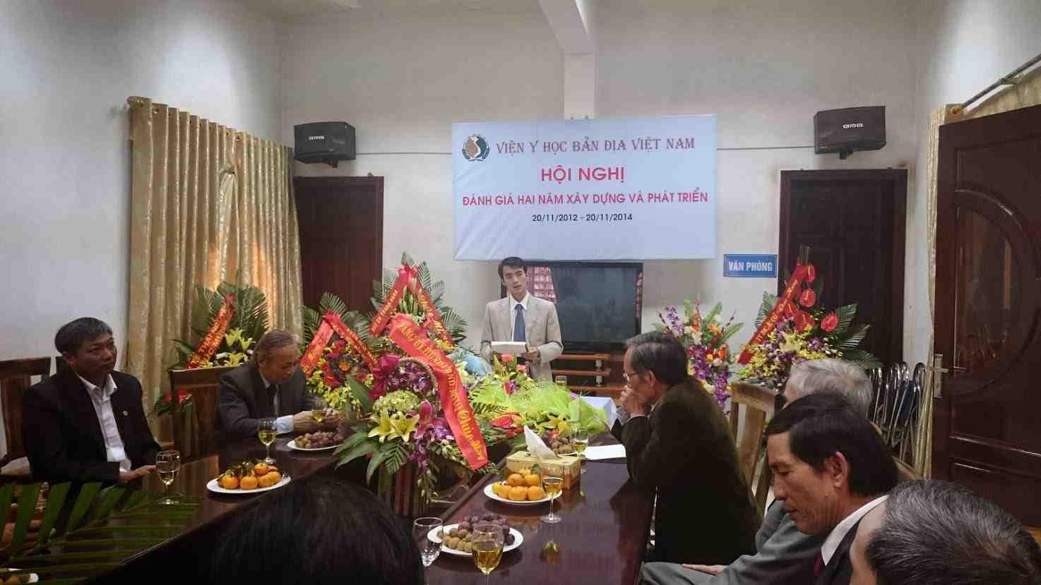 Bs. Hoàng Đôn Hòa đóng vai trò MC trong buổi Hội nghị đánh giá hai năm xây dựng và phát triển của Viện Y học bản địa Việt Nam